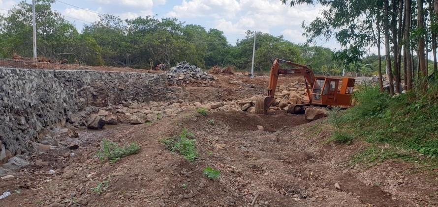 Xây dựng trái phép và xả thải chăn nuôi tiếp tục bức tử suối Sông Nhạn.