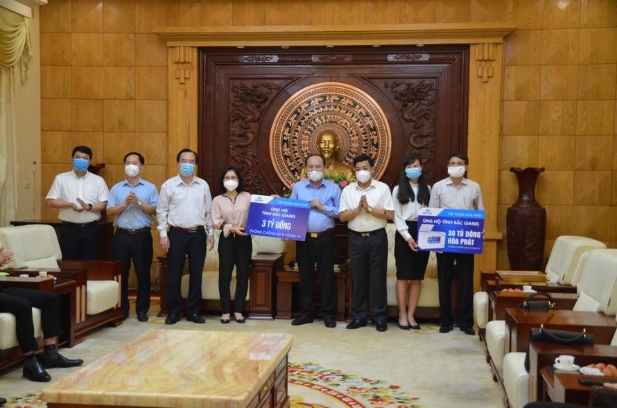 Đại diện Tập đoàn Hòa Phát trao tiền, vật tư hỗ trợ phòng chống dịch Covid-19 cho tỉnh Bắc Giang.