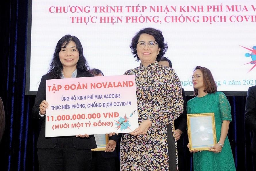 Bà Tô Thị Bích Châu, Ủy viên Ban Thường vụ Thành ủy, Chủ tịch Ủy ban Nhân dân Mặt trận Tổ quốc Việt Nam TP.HCM đón nhận khoản kinh phí ủng hộ từ Đại diện Tập đoàn Novaland.