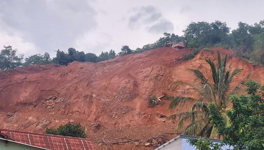 Xe cuốc đất bất chấp nguy hiểm để hoạt động.