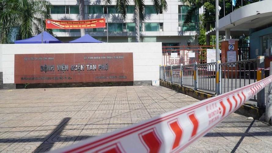 Bệnh viện Q.Tân Phú ngưng nhận bệnh nhân vì có ca dương tính với Covid-19 tới khám. Ảnh: Lao Động