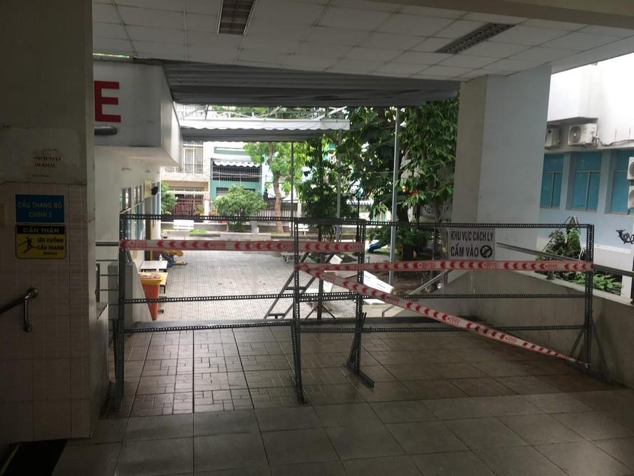 Bệnh viên quận Tân Phú vẫn đang tiếp tục bị phong tỏa. (Ảnh: Bá Trình)