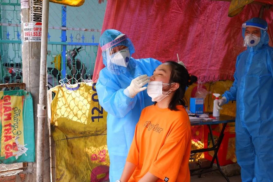 Nhân viên y tế đang lấy mẫu xét nghiệm mở rộng các nhân khẩu tại huyện Nhà Bè. (Ảnh: Phú Khánh)