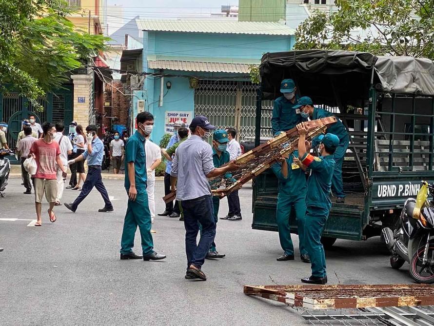 Lực lượng chức năng đang phong tỏa các tuyến đường ra vào chung cư Bộ Công An.