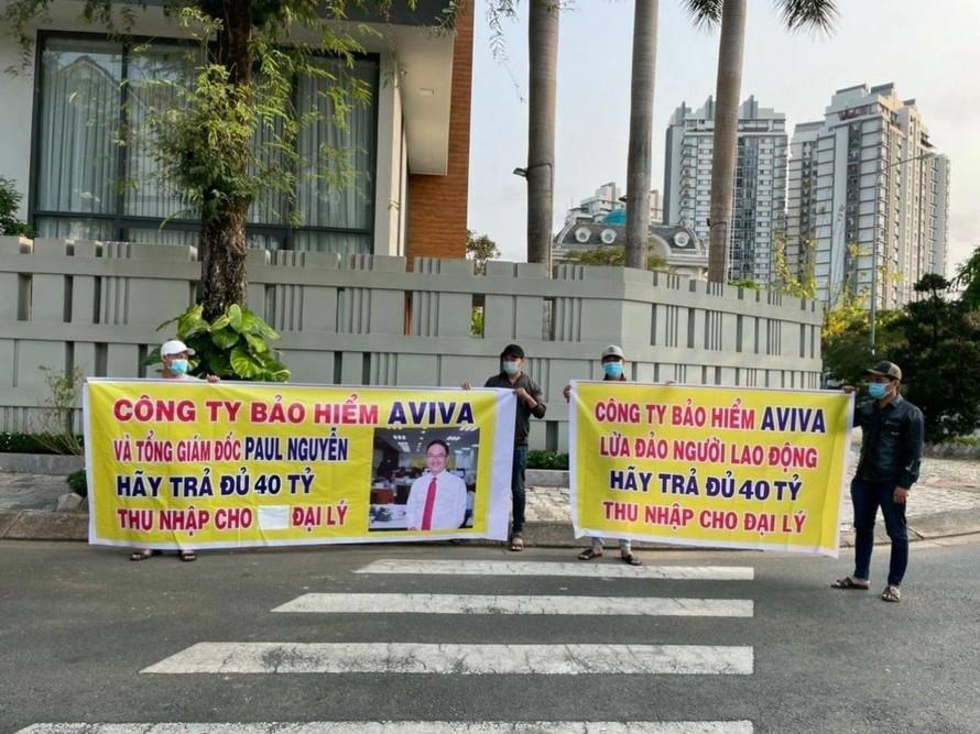 Các đại lý từng căng băng rôn yêu cầu AVIVA Việt Nam và ông Tổng giám đốc Paul Nguyễn trả tiền.