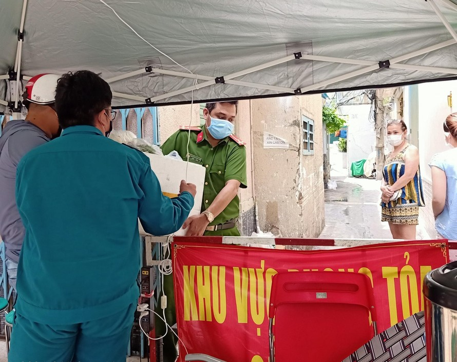 Siết chặt và tăng cường các biện pháp phòng chống dịch COVID-19 trên địa bàn thành phố Ảnh: Kiều Trang