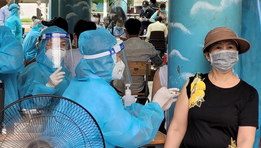Gần 12.000 tiểu thương, người lao động tại chợ Bình Điền được tiêm vắc xin phòng Covid-19.