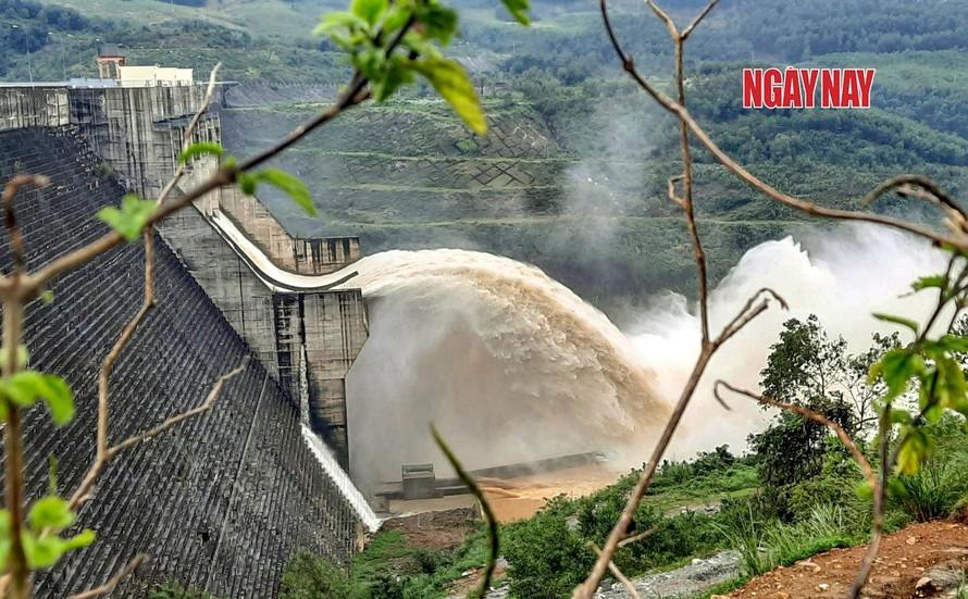 Thủy điện sông Tranh xả lũ hồi tháng cuối năm 2020. Ảnh: Lê Xuân Thọ