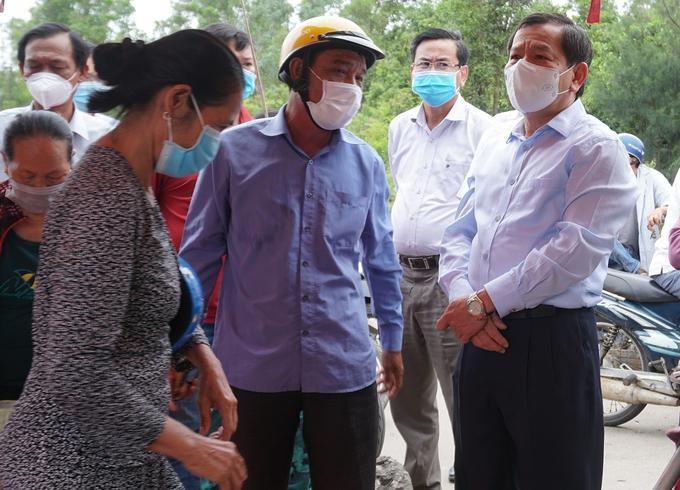Lãnh đạo tỉnh Quảng Ngãi đi kiểm tra một chốt kiểm soát y tế.