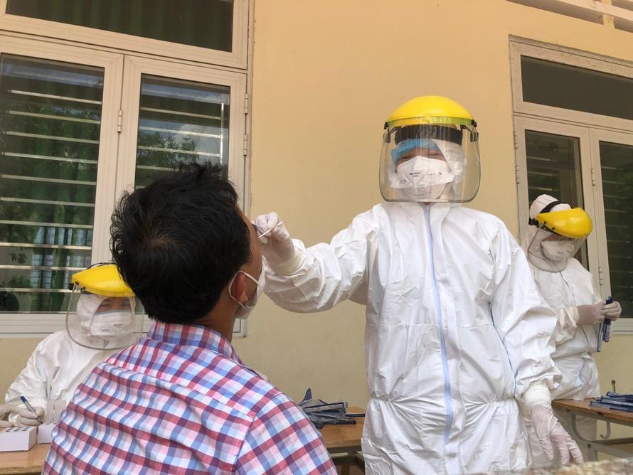 Ngành y tế Quảng Ngãi tiến hành lấy mẫu xét nghiệm cho người dân.