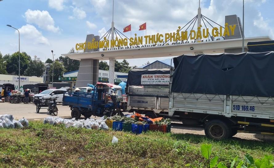 Nhiều xe tải đậu trước chợ đầu mối chờ giao, nhận hàng.