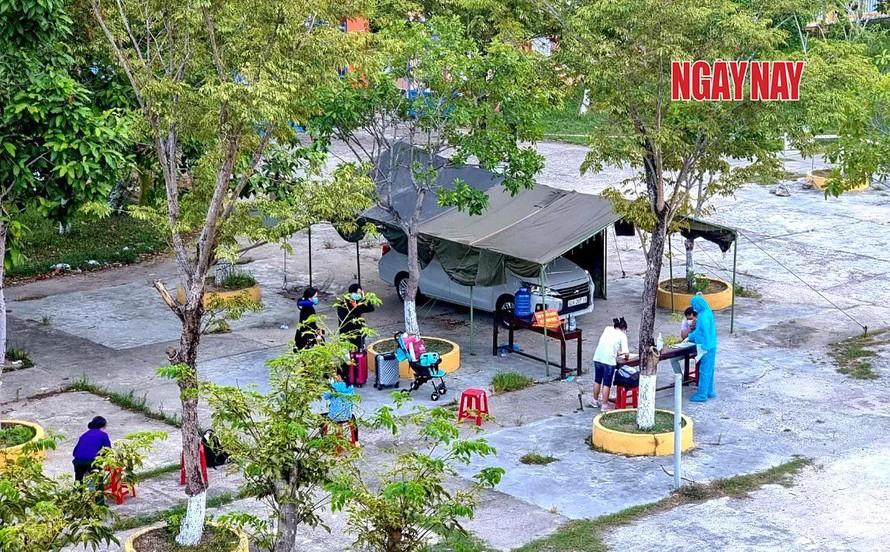 Nhân viên y tế đang lấy thông tin người cách ly tại một trung tâm cách ly tập trung tại TP.Tam Kỳ, tỉnh Quảng Nam.