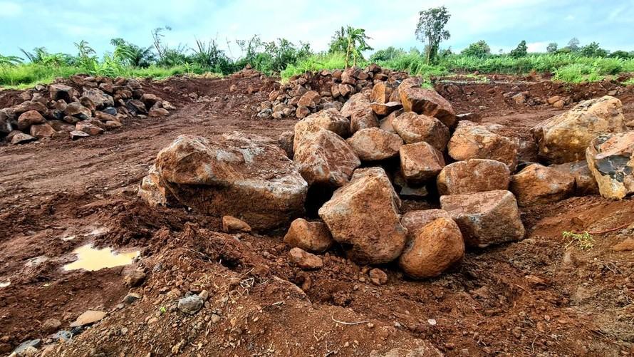 Các đối tượng lợi dụng giãn cách xã hội để lén lút khai thác đá mồ côi ở thửa đất bên đường Ấp 8.