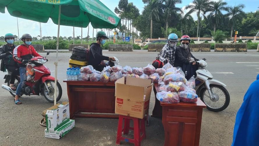 Người dân trên đường về quê tự ghé nhận thức ăn của người dân và chính quyền Thị trấn Dầu Giây gửi tặng.
