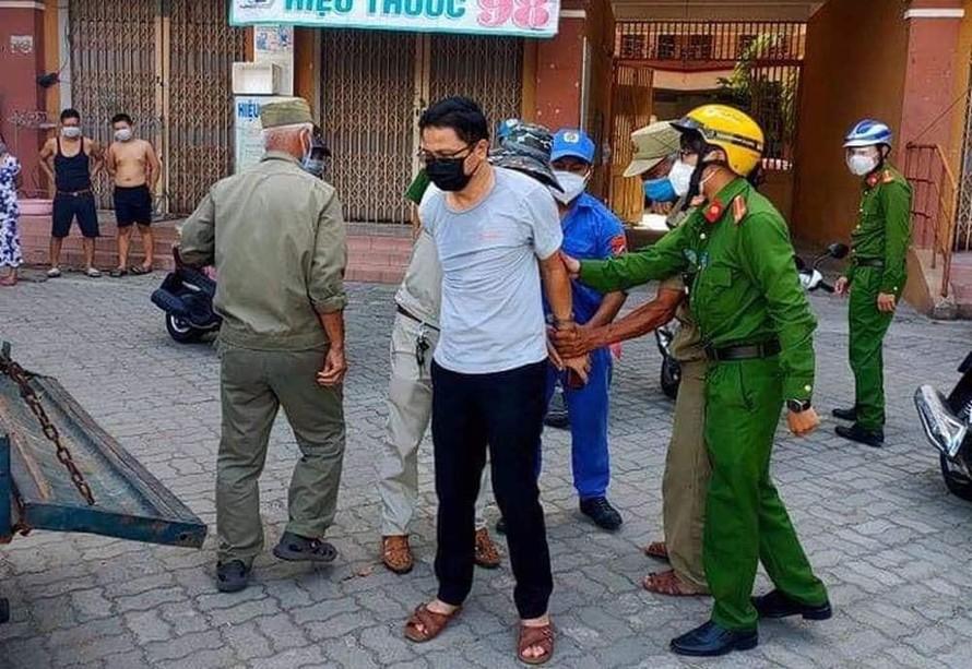 Ông Trần Vinh bị lực lượng chức năng khống chế sau khi gây ra vụ việc.