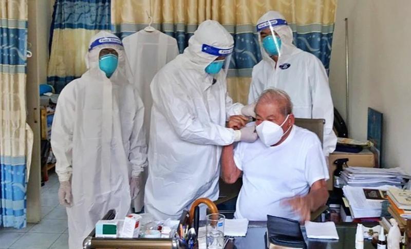 Đội ngũ y bác sĩ của bệnh viện Lê Văn Thịnh thăm khám, kiểm tra sức khoẻ, xét nghiệm nhanh và triển khai tiêm vắc xin Covid-19 miễn phí cho bà con.