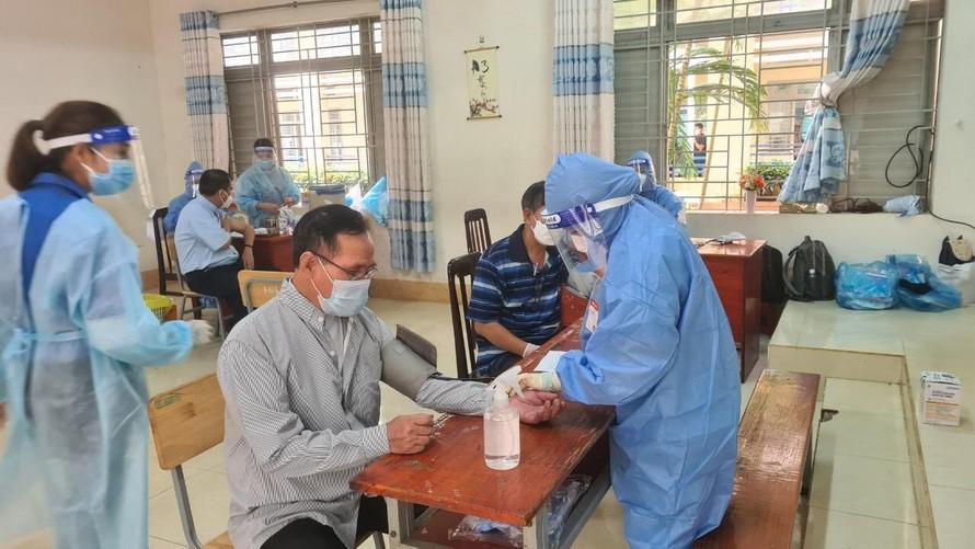 Hàng ngàn người dân ở huyện Thống Nhất được tiêm vắc xin sáng 9/9.
