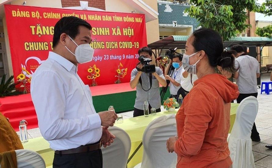 Bí thư Nguyễn Hồng Lĩnh hỏi thăm cuộc sống của bà con địa phương trong thời gian vừa qua.