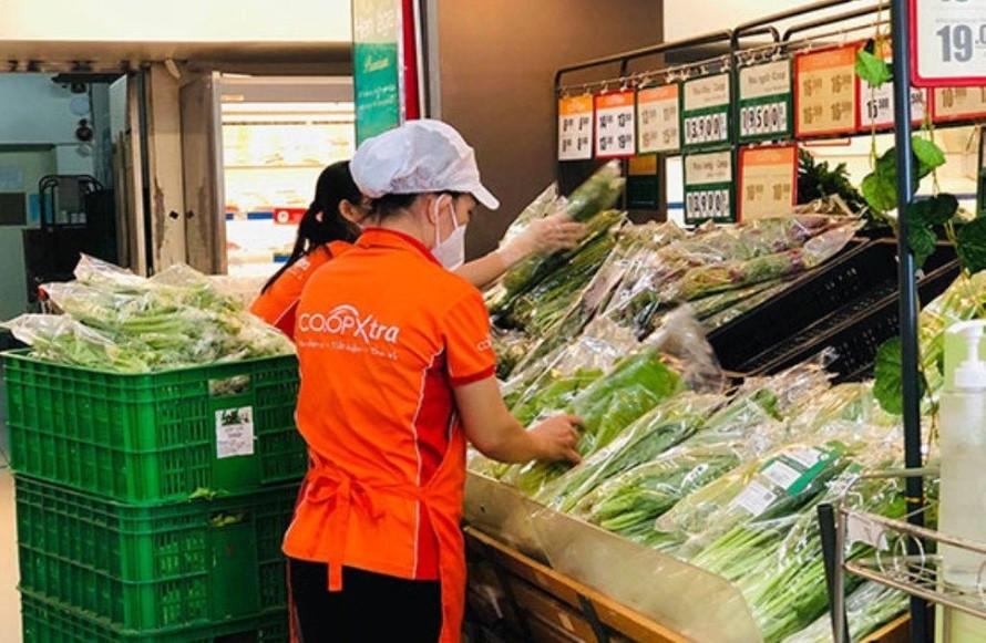 Hàng hóa ở siêu thị dồi dào.