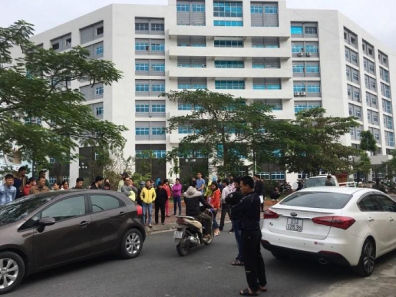 Người nhà bệnh nhi vây BV Sản Nhi Bắc Ninh sau khi liên tiếp 4 trẻ tử vong trong buổi sáng ngày 20/11
