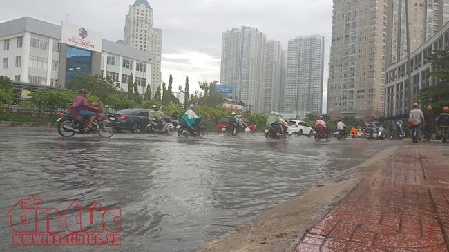 Nước sông từ sông Sài Gòn theo cống ngầm tràn vào đường Nguyễn Hữu Cảnh gây ngập chiều nay.