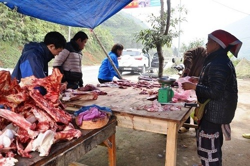 Người dân Sa Pa bán thịt trâu theo vệ đường trên Quốc lộ 4D