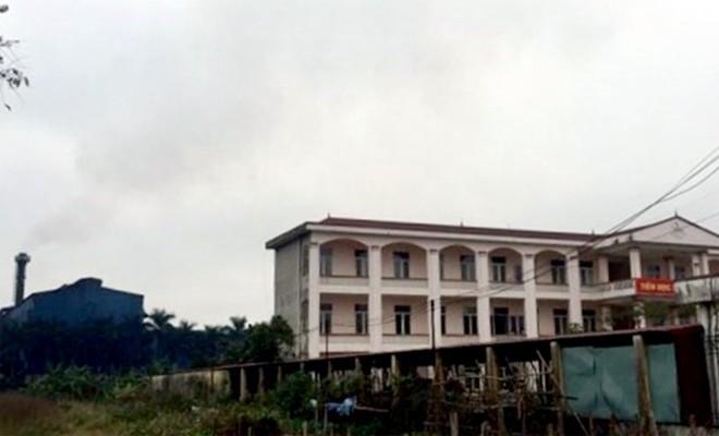 Phân xưởng luyện thép của nhà máy thép Việt Nhật xả khói bụi nằm sát ngay sau trường THCS Quán Toan.