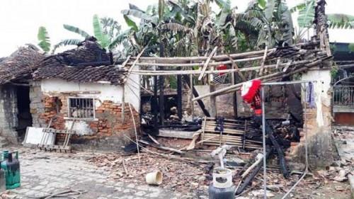 Vụ cháy khiến ngôi nhà 3 gian, cùng 2 chiếc xe máy bị thiêu rụi hoàn toàn. Ảnh: Báo Giao thông