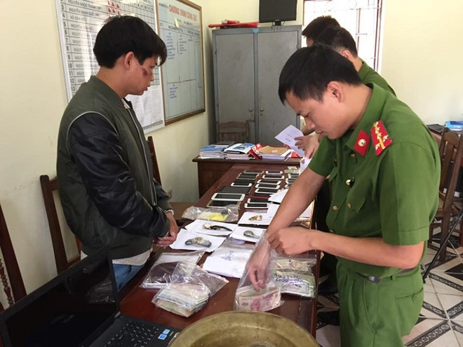 Trần Văn Phương cùng số tài sản trộm cắp. Ảnh: Hải Yến.