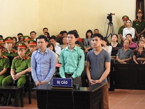 Bác sỹ Hoàng Công Lương (giữa) cùng 2 bị cáo tại phiên tòa bị hoãn ngày 7/5.