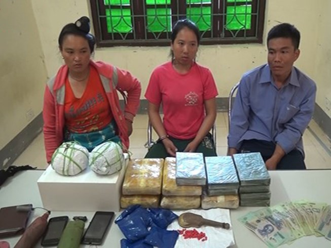Bắt 3 người Lào mang súng đi giao ma túy