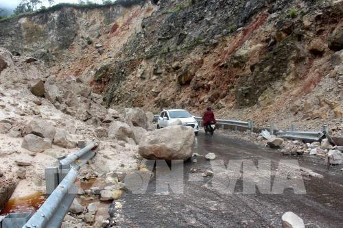 Hàng nghìn tấn đất đá bị sạt lở rơi xuống đường làm ảnh hưởng nghiêm trọng đến việc đi lại của người dân. Ảnh: Công Tuyên - TTXVN