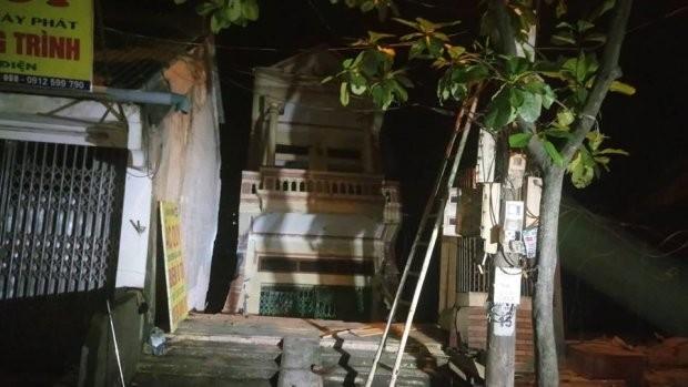 Nhiều nhà dân bị đứt gãy trượt xuống sông Đà.