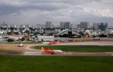 Các máy bay chờ cất cánh tại sân bay Tân Sơn Nhất.