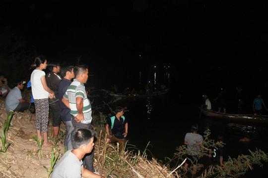 Người dân cùng lực lượng chức năng tìm kiếm thi thể 4 em nhỏ đuối nước tổi 31/8 ở Nghĩa Hành.
