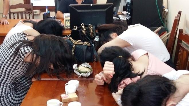 Các gái bán dâm bị bắt quả tang, đưa về cơ quan điều tra trong vụ đường dây mại dâm 14.000 USD.