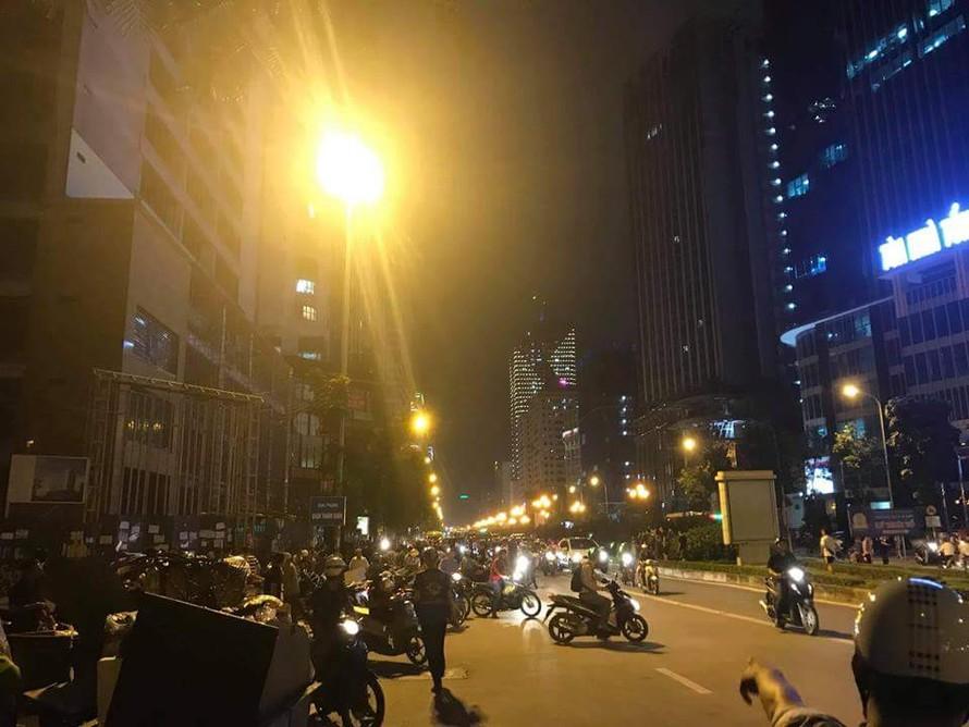 Thanh sắt rơi xuống đường Lê Văn Lương, một phụ nữ tử vong
