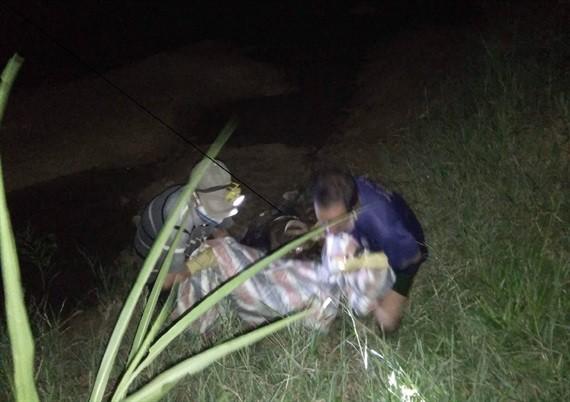 Chính quyền địa phương tổ chức đưa thi thể nạn nhân lên bờ