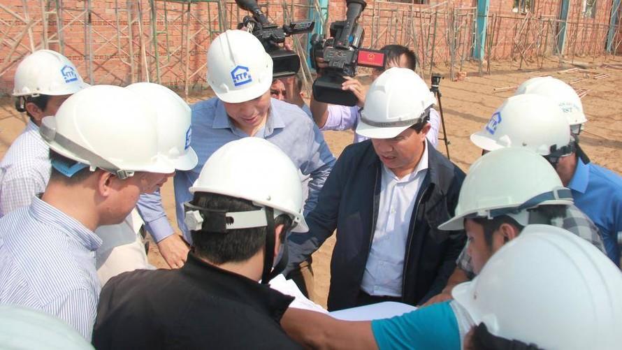 Thứ trưởng Bộ Xây dựng Lê Quang Hùng tiến hành kiểm tra hiện trường vụ sập tường làm 6 người chết tại công trình nhà xưởng của công ty Công ty TNHH Bo Hsing ở tỉnh Vĩnh Long