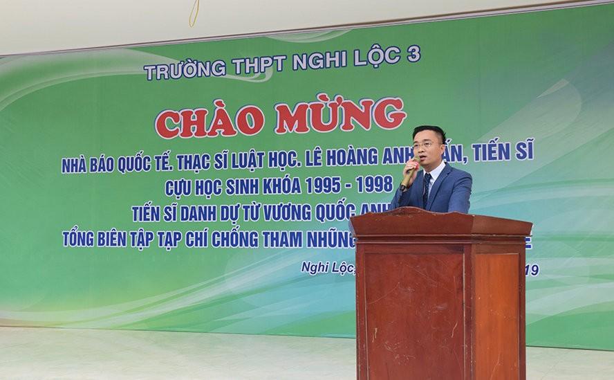 """Ông Lê Hoàng Anh Tuấn nói chuyện với hơn 1.200 học sinh của trường THPT Nghi Lộc III (Nghệ An) trong buổi Chào mừng Cựu học sinh khóa 1995-1999 THPT Nghi Lộc III với tên gọi """"Ngày trở về"""" hôm 27/2 vừa qua"""