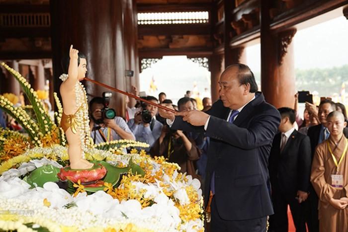 Thủ tướng Nguyễn Xuân Phúc thực hiện nghi thức tắm Phật