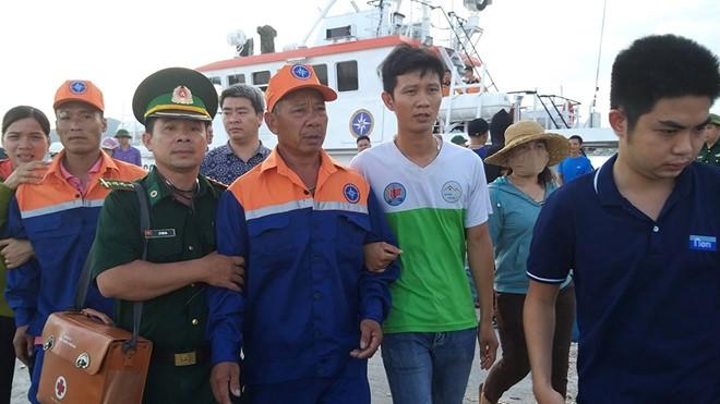 Hai trong số 9 ngư dân sống sót đã trở về đất liền