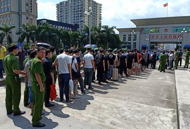 Công an tỉnh Quảng Ninh phối hợp các đơn vị nghiệp vụ của Bộ Công an bàn giao 28 đối tượng cho Cục Công an TP.Đông Hưng (Trung Quốc) xử lý về hành vi điều hành sàn chứng khoán giả tại TP.Móng Cái, Quảng Ninh