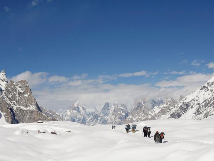 Những người leo núi đi trên sông băng Baltoro ở dãy núi Karakoram thuộc Pakistan hôm 7-9-2014. Ảnh: Reuters