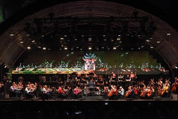 Sân khấu hoành tráng của Vietnam Airlines Classic-Hanoi Concert giữa không gian phố đi bộ. (Ảnh: VNA cung cấp)