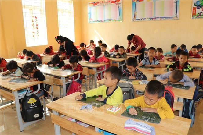 Mỗi lớp 1, 2 trường Phổ thông dân tộc bán trú Tiểu học nậm Lành, huyện Văn Chấn có thêm một trợ giảng hỗ trợ giáo viên và học sinh. Ảnh: Đức Tưởng/TTXVN
