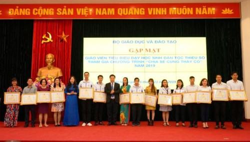Thứ trưởng Bộ GD&ĐT Nguyễn Hữu Độ trao tặng Bằng khen của Bộ trưởng Bộ GD&ĐT cho 63 thầy giáo, cô giáo.