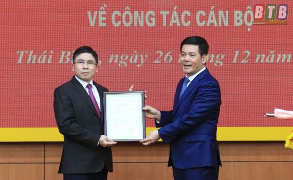 Bí thư Tỉnh ủy, Chủ tịch HĐND tỉnh Thái Bình Nguyễn Hồng Diên trao quyết định và chúc mừng đồng chí Phạm Văn Tuân.