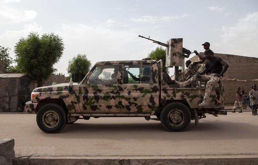 Binh sỹ tuần tra tại thị trấn Banki, đông bắc Nigeria. (Ảnh: AFP/TTXVN)