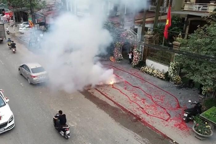 Bánh pháo dài 50 mét được đốt ngay cạnh đường lớn để ăn mừng đám cưới.